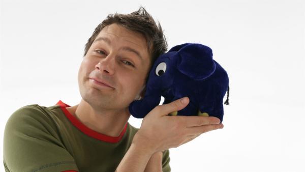 Moderator André Gatzke mit dem blauen Elefanten | Rechte: WDR/Bernd-Michael Maurer