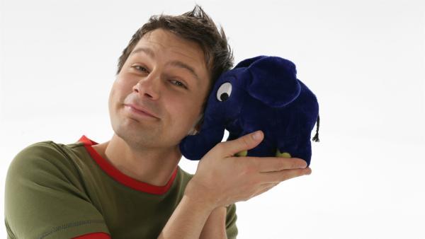 Moderator André Gatzke mit dem blauen Elefanten. | Rechte: WDR/Bernd-Michael Maurer