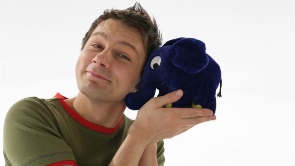 André mit dem blauen Elefanten. | Rechte: WDR/Bernd-Michael Maurer
