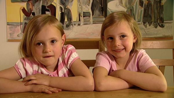 Die Zwillinge Emma und Jule sehen sehr ähnlich aus, wiegen gleich viel und malen beide gerne. | Rechte: WDR