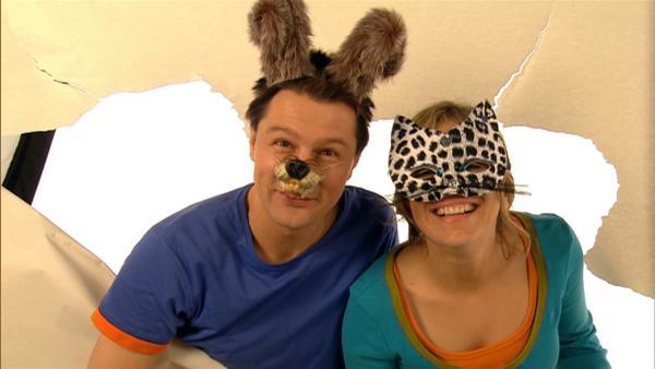 Tanja und André verkleiden sich und schlüpfen in mehrere Rollen: Sie sind Hund und Katze. | Rechte: WDR/Die Sendung mit dem Elefanten