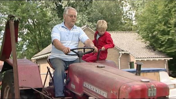 Die Fahrt auf dem Traktor kann beginnen. | Rechte: WDR/Die Sendung mit dem Elefanten