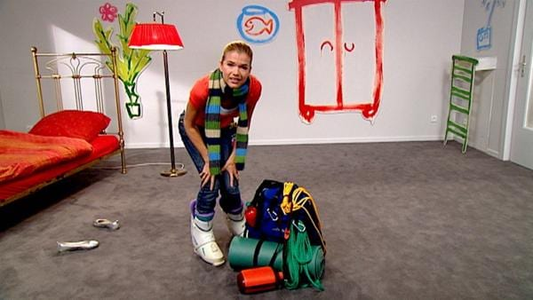 Anke will in den Sommerurlaub ans Meer fahren und packt hierfür ihre Pudelmütze und ihre Skistiefel ein. | Rechte: WDR