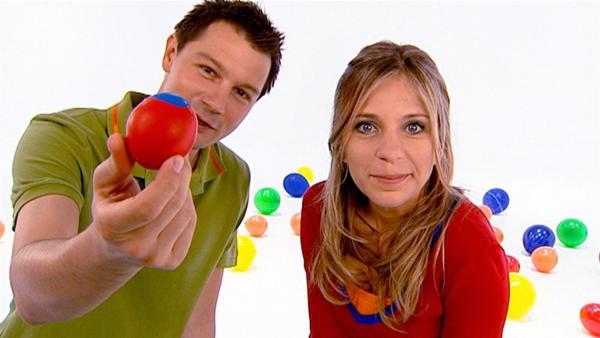 Tanja und André basteln sich bunte Bälle, mit denen man gut jonglieren kann. | Rechte: WDR/Die Sendung mit dem Elefanten