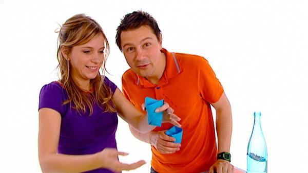 Tanja und André zeigen einen Trick mit einem Bogen Papier. | Rechte: WDR