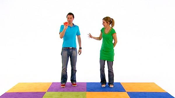 Tanja und André zeigen, dass man mit einem Ball nicht nur spielen, sondern sich auch gegenseitig den Rücken massieren kann. | Rechte: WDR