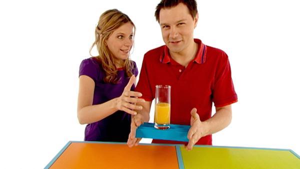 Tanja und André basteln aus einem dünnen Blatt Papier ein stabiles Tablett. | Rechte: WDR