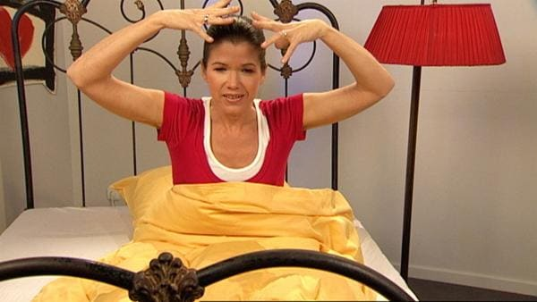 Anke Engelke legt ein Haar unter ihr Kopfkissen und wünscht sich von der Haarfee richtig lange, blonde Locken. Ob die Fee ihr diesen Wunsch erfüllen wird? | Rechte: WDR