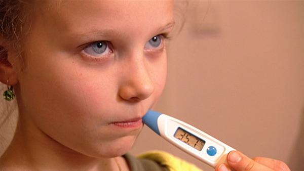 Julia geht zum Kinderarzt und lässt sich die verschiedenen Instrumente erklären. | Rechte: WDR