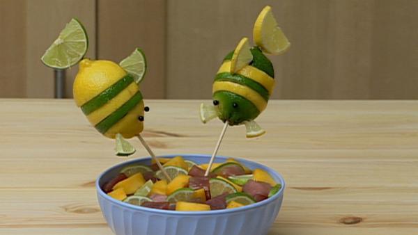 In der Serie Yam Yam wird wieder leckeres Essen gezaubert und mit zwei mutigen Gemüse-Fischen verziert. | Rechte: WDR