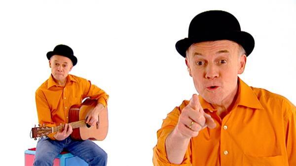 Robert Metcalf singt das Lied vom kleinen, krabbelnden Regenwurm. | Rechte: WDR