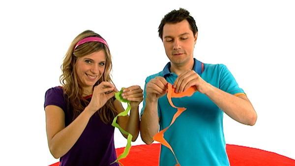 Tanja und André veranstalten einen Papierschlangen-Reisswettbewerb. | Rechte: WDR