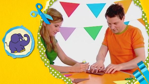 André und Tanja basteln eine bunte Girlande aus Papier.    Rechte: KiKA