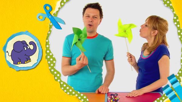 André und Tanja pusten auf ihre selbsgebastelten grünen Windräder aus Papier. | Rechte: WDR