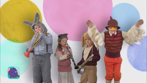 Esel, Katze, Hund und Hahn schlugen die Räuber in die Flucht, wohnten in der Waldhütte und machten zusammen Musik.  | Rechte: KiKA