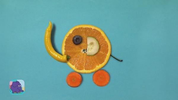 Ein Elefant aus Obst und Gemüse gelegt, dessen Bauch aus einer Orangenschale besteht, der Rüssel ist eine gelbe Parika, die Beine zwei Möhrenscheiben und das Ohr eine halbe Scheibe Gurke. | Rechte: WDR