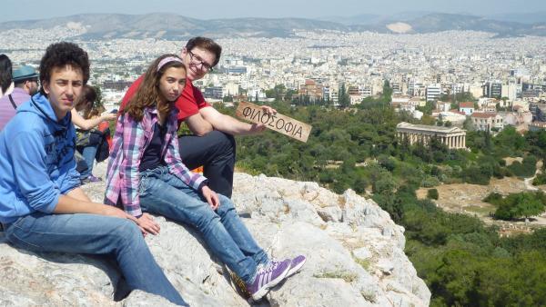"""Griechenland-Maus: Katerina (11) und Alkiviadis (13) zeigen Ralph mit Blick über die Hauptstadt Athen, dass viele unserer Worte aus dem Griechischen stammen, zum Beispiel """"Philosophia"""".   Rechte: WDR/Katja Engelhardt"""