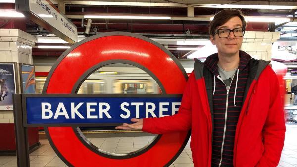 Ralph Caspers in der U-Bahn-Haltestelle Baker Street. | Rechte: WDR/Katja Engelhardt