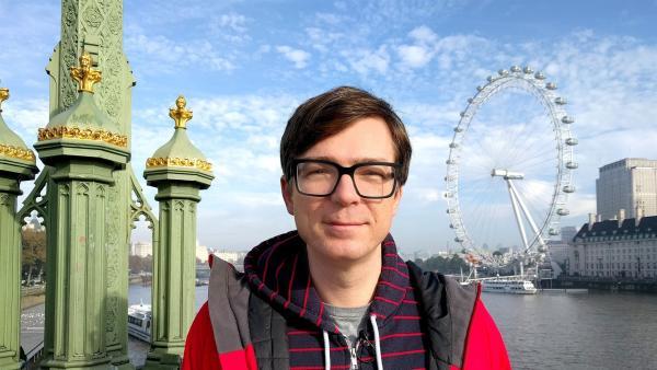 Ralph Caspers besucht für die Maus London: Direkt an der Themse steht das zweitgrößte Riesenrad der Welt. | Rechte: WDR/Katja Engelhardt