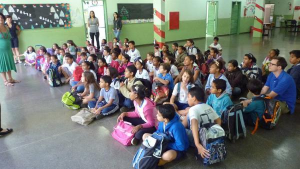 Ralph Caspers beim Schulbesuch in Brasilien: Lernen funktioniert auch ohne Schulbank. | Rechte: WDR/tvision
