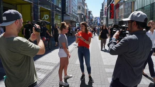 Moderatorin Laura ist unterwegs bei einem Dreh in einer Fußgängerzone. | Rechte: ZDF/Salim Butt
