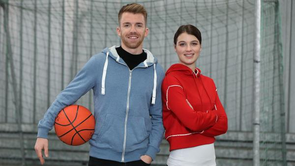 Die beiden Moderatoren präsentieren Sport in all seiner Vielfalt.