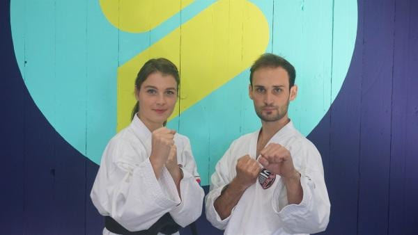 Wie kann man Holzplatten mit der bloßen Hand zerschlagen? Moderatorin Laura Knöll  lässt  sich von Taekwondo-Kämpfer Jan Schumm den Bruch-Test erklären. | Rechte: ZDF/Hannah Jacoby