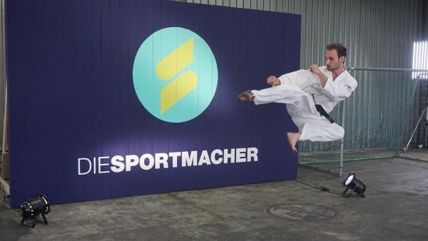 Der Taekwondo-Kämpfer Jan Schumm im Sprung. Moderatorin Laura Knöll will heute wissen wie man Bretter zerschlägt. | Rechte: ZDF/Hannah Jacoby