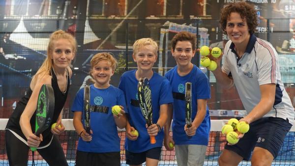 Moderatorin Susanne testet den Spaßfaktor beim Padel-Tennis. | Rechte: ZDF/Dajana Pürsten