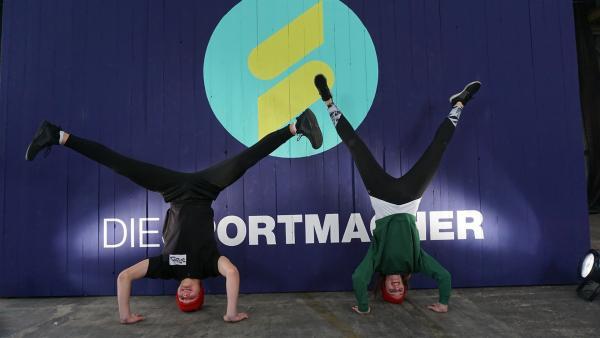 Moderatorin Laura trifft den 17-jährigen Breakdancer Leon und lässt sich den Headspin erklären.   Rechte: ZDF/Hannah Jacoby