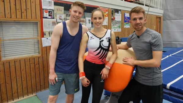 Sarah Voss, Vierte der Turn-EM 2018, nimmt Stefan die Angst vor dem Überschlag. Tim Pfeifer hilft beim ersten Sprung. | Rechte: ZDF/Fabian Gratzla