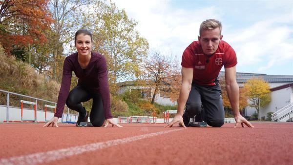 Sprint gegen den Weltmeister: Laura checkt gemeinsam mit Johannes Floors die Leistung von Sportprothesen. | Rechte: ZDF/Hannah Jacoby