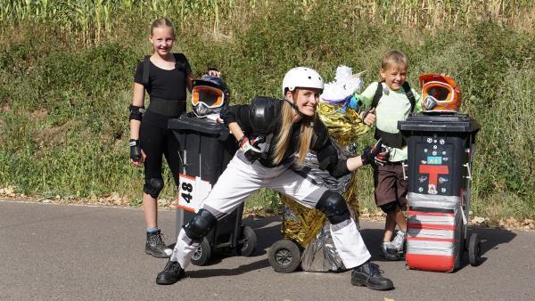Susanne Schlüter gibt beim Mülltonnenrennen Gas. Mit dabei: ihre Trainer und Rennfahrer Emily (11) und Tobias (9). | Rechte: ZDF/Dajana Pürsten