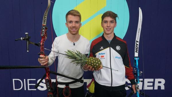 Stefan lernt heute Bogenschießen. Unterstützung bekommt er vom deutschen Juniorenmeister Jonathan. | Rechte: ZDF/Fabian Gratzla