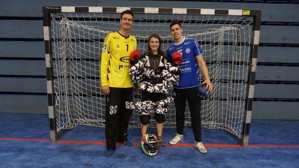 Moderatorin Laura ist bei Handball Weltmeister Carsten Lichtlein und Vizeeuropameister Ivan Martinovic zu Gast. | Rechte: ZDF/Jan Marschke