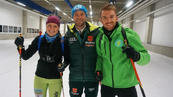 Lena Ring (16), erfolgreiche Nachwuchs-Biathletin und Jesko Fischer, ihr Trainer, zeigen Stefan wie Biathlon funktioniert. | Rechte: ZDF/Annalena Renneisen