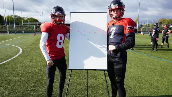 Stefan mit Lucas Wevelsiep (18), Quarterback der Düsseldorf Panther U19. | Rechte: ZDF/Annalena Renneisen