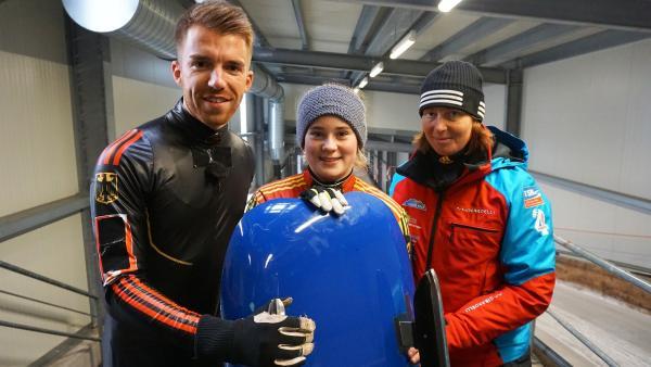 Wie bezwingt man den Eiskanal einer Rodelbahn? Stefan lässt es sich von Nachwuchs-Rennrodlerin Antonia (12) und Trainerin Marion Thees (34) zeigen. | Rechte: ZDF/Annalena Renneisen