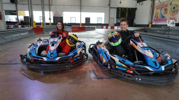 Laura will von René Lützenkirchen wissen, wie sie ihre Rundenzeit beim Kartfahren verbessern kann. | Rechte: ZDF/Jan Marschke