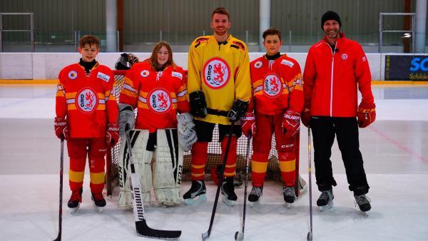 Stefan ist zu Gast beim Düsseldorfer Eishockeyverein DEG.  | Rechte: ZDF/Annalena Renneisen