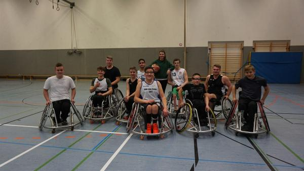 Laura will herausfinden, wie ein Rollstuhl beschaffen sein muss, um damit Rollstuhlbasketball spielen zu können. | Rechte: ZDF/Jan Marschke