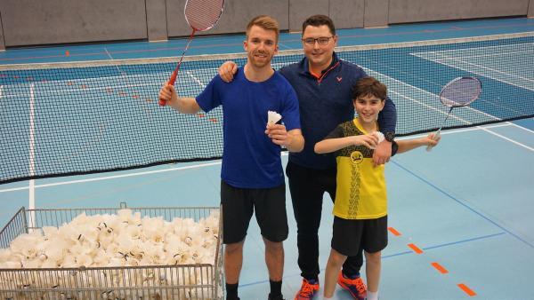 Stefan, Trainer Marc Krieger und Alexander Becsh. Stefan versucht sich im Badminton gegen den Deutschen Meister (U13).   | Rechte: ZDF/Annalena Renneisen