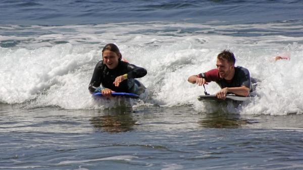 Stefan in der Welle mit der Bodyboard-Weltmeisterin Alexandra Rinder | Rechte: ZDF/Annalena Renneisen