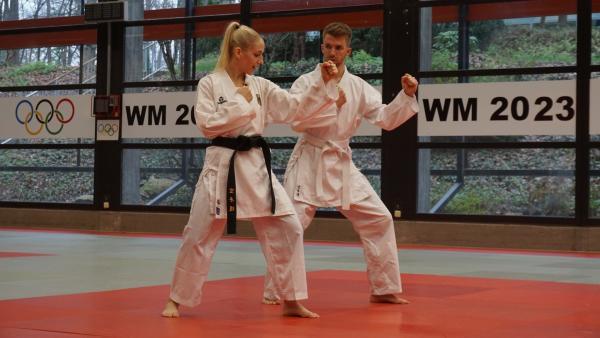 Stefans Abenteuerlust führt ihn zum Karate, genauer gesagt, zum Karate Kumite. Jana Messerschmidt, Deutschlands erfolgreichste Karateka und Vize-Weltmeisterin, erklärt Stefan, wie man im Kumite Wettkampf Punkte erzielt. | Rechte: ZDF/Annalena Renneisen/Fabian Gratzla