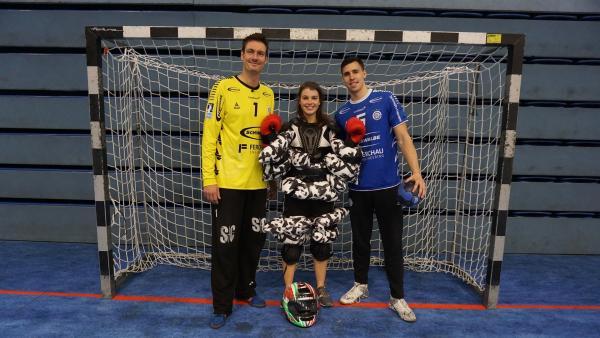 Moderatorin Laura ist bei Rekord-Bundesligaspieler und Weltmeister Carsten Lichtlein zu Gast. Mit dabei ist Ivan Martinovic. | Rechte: ZDF/Jan Marschke