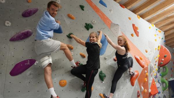 Starturnerin Elisabeth Seitz (Mi.) bei den Sportmachern! Heute allerdings beim Bouldern - mit Moderator Stefan und Trainerin Helen (re.).   Rechte: ZDF/Annalena Renneisen