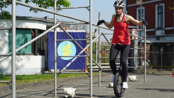 Die Balance auf einem Einrad zu halten, ist eine echte Sportmacher-Herausforderung für Laura. Sie macht den Spaßcheck und versucht sich zum ersten mal auf dem Einrad. | Rechte: ZDF/Annalena Renneisen/Florian Gratzla