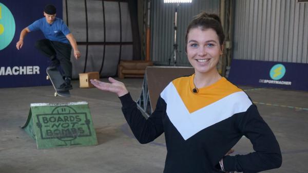 Laura will mit Hilfe von Olympiahoffnung Lenni Janssen herausfinden, wie ein Skateboard beschaffen sein muss, um damit Tricks machen und rasant fahren zu können. | Rechte: ZDF/Annalena Renneisen/Florian Gratzla