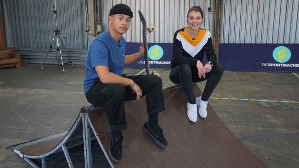 Laura checkt mit Olympiahoffnung Lenni Janssen, was ein Skateboard alles drauf und dran haben muss, um die spektakulären Tricks zu ermöglichen. | Rechte: ZDF/Annalena Renneisen/Florian Gratzla