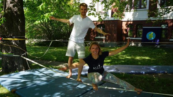 Sportmacher Spaß-Check: Moderator Stefan will mit Leonas Hilfe auf einer Slackline stehen und laufen. | Rechte: ZDF/Annalena Renneisen/Fabian Gratlza